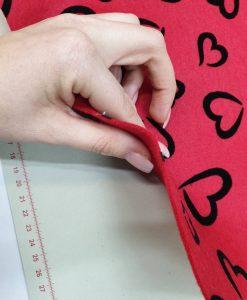 Dirbtinio veltinio (filco) lakštas, raudonas su juodom širdelėm